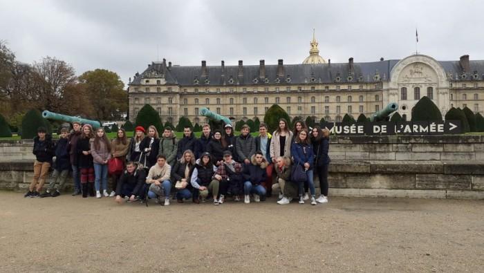 Le groupe devant le musée de l'armée, aux Invalides. Les jeunes se sont ensuite rendus sur le tombeau de Napoléon.